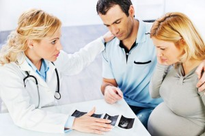 Doctor-talking-to-pregnant-patient